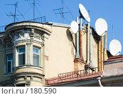 Купить «Спутниковые антенны на крыше старого дома», эксклюзивное фото № 180590, снято 16 апреля 2006 г. (c) Александр Алексеев / Фотобанк Лори