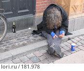 Купить «Копенгаген. Нищий на мостовой в ботинках reebok, стаканчик из-под pepsi, бутылка пива.», фото № 181978, снято 30 декабря 2007 г. (c) Георгий Ильин / Фотобанк Лори