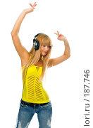 Купить «Девушка в наушниках слушает музыку», фото № 187746, снято 15 января 2008 г. (c) Анатолий Типляшин / Фотобанк Лори