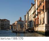 Купить «Венеция, здания, катера. Основание ближайшего дома поросло зеленой тиной.», фото № 189170, снято 23 сентября 2007 г. (c) Георгий Ильин / Фотобанк Лори