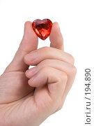 Купить «Мужская рука держащая хрустальное красное сердечко в подарок», фото № 194890, снято 9 января 2008 г. (c) Harry / Фотобанк Лори