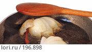 Купить «Приготовление корейской морковки - масло раскалить, дать в нем сгореть луку и острому перцу, сгоревшее удалить», фото № 196898, снято 7 февраля 2008 г. (c) Tamara Kulikova / Фотобанк Лори