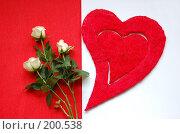 Купить «Красное сердце и белые розы на бело-красном фоне», фото № 200538, снято 5 февраля 2008 г. (c) Алёна Фомина / Фотобанк Лори