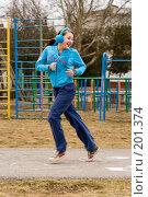 Купить «Девушка на школьной спортплощадке», фото № 201374, снято 10 февраля 2008 г. (c) Федор Королевский / Фотобанк Лори