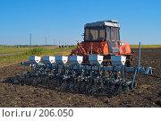 Купить «Трактор с сеялкой на вспаханном поле», фото № 206050, снято 7 сентября 2004 г. (c) Иван Сазыкин / Фотобанк Лори
