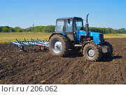 Купить «Трактор с культиватором на вспаханном поле», фото № 206062, снято 7 сентября 2004 г. (c) Иван Сазыкин / Фотобанк Лори