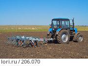 Купить «Трактор с культиватором на вспаханном поле», фото № 206070, снято 7 сентября 2004 г. (c) Иван Сазыкин / Фотобанк Лори