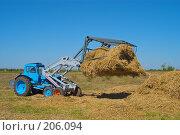 Купить «Стогоукладчик за работой», фото № 206094, снято 7 сентября 2004 г. (c) Иван Сазыкин / Фотобанк Лори