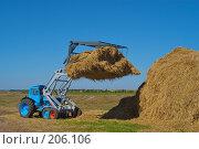Купить «Стогоукладчик за работой», фото № 206106, снято 7 сентября 2004 г. (c) Иван Сазыкин / Фотобанк Лори