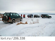 Купить «Внедорожники выехали на лёд замёрзшего водоёма», фото № 206338, снято 9 февраля 2008 г. (c) Сергей Лаврентьев / Фотобанк Лори