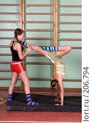 Купить «Две школьницы в спортзале на уроке физкультуры», фото № 206794, снято 10 февраля 2008 г. (c) Федор Королевский / Фотобанк Лори