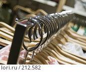 Купить «Вешалки в магазине одежды», фото № 212582, снято 1 марта 2008 г. (c) Евгений Труфанов / Фотобанк Лори
