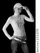 Купить «Девушка в белой кепке на черном фоне», фото № 213070, снято 25 февраля 2008 г. (c) Арестов Андрей Павлович / Фотобанк Лори