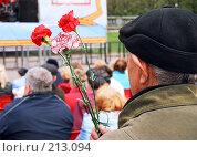 Купить «Ветеран с цветами в День победы», фото № 213094, снято 20 ноября 2018 г. (c) Евгений Труфанов / Фотобанк Лори