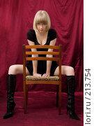 Купить «Блондинка на стуле со страстным взглядом», фото № 213754, снято 25 февраля 2008 г. (c) Арестов Андрей Павлович / Фотобанк Лори