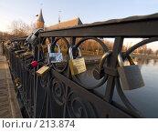Замки на Медовом мосту. Калининград (2007 год). Редакционное фото, фотограф Liseykina / Фотобанк Лори