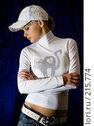 Купить «Девушка в белой кепке на синем фоне», фото № 215774, снято 25 февраля 2008 г. (c) Арестов Андрей Павлович / Фотобанк Лори
