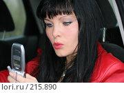 Купить «Девушка набирает sms, сидя за рулем», фото № 215890, снято 28 октября 2007 г. (c) Наталья Белотелова / Фотобанк Лори