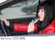 Купить «Девушка за рулем разговаривает по телефону», фото № 215906, снято 28 октября 2007 г. (c) Наталья Белотелова / Фотобанк Лори