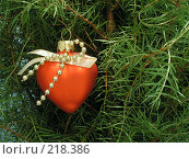 Купить «Новогодняя игрушка в форме сердце», фото № 218386, снято 6 декабря 2019 г. (c) ElenArt / Фотобанк Лори