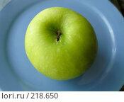 Купить «Зеленое яблоко», фото № 218650, снято 23 сентября 2018 г. (c) ElenArt / Фотобанк Лори