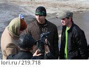 Корреспондент берет интервью у подростков. Редакционное фото, фотограф Juliya Shumskaya / Blue Bear Studio / Фотобанк Лори