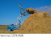 Купить «Стогоукладчик за работой», фото № 219934, снято 7 сентября 2004 г. (c) Иван Сазыкин / Фотобанк Лори