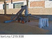 Купить «Аппарат для зернопогрузки с одновременной протравкой зерна на току», фото № 219938, снято 7 сентября 2004 г. (c) Иван Сазыкин / Фотобанк Лори