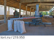 Купить «Аппарат для зернопогрузки с одновременной протравкой зерна на току», фото № 219950, снято 7 сентября 2004 г. (c) Иван Сазыкин / Фотобанк Лори