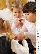 Купить «Первый урок макияжа в 1 А классе», фото № 221374, снято 5 февраля 2008 г. (c) Федор Королевский / Фотобанк Лори
