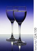 Купить «Два бокала на цветном фоне», фото № 224130, снято 25 сентября 2018 г. (c) Михаил Котов / Фотобанк Лори