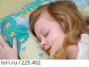 Купить «Маленькая девочка спит», эксклюзивное фото № 225402, снято 21 августа 2018 г. (c) Juliya Shumskaya / Blue Bear Studio / Фотобанк Лори