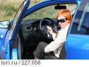 Купить «Рыжая девушка в солнечных очках за рулем автомобиля», фото № 227058, снято 9 сентября 2007 г. (c) Наталья Белотелова / Фотобанк Лори