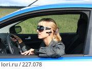 Купить «Девушка за рулем автомобиля в солнечных очках и с гарнитурой hands free», фото № 227078, снято 9 сентября 2007 г. (c) Наталья Белотелова / Фотобанк Лори
