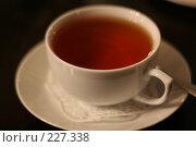 Купить «Чашка горячего чая на столе», фото № 227338, снято 27 января 2008 г. (c) Наталья Белотелова / Фотобанк Лори