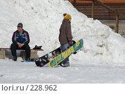 Купить «Парень тащит два сноуборда», фото № 228962, снято 21 марта 2008 г. (c) Талдыкин Юрий / Фотобанк Лори
