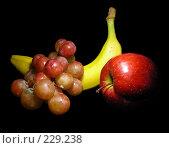 Купить «Виноград, яблоко и банан на черном фоне», эксклюзивное фото № 229238, снято 21 марта 2008 г. (c) lana1501 / Фотобанк Лори
