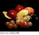 Яблоки и виноград на черном фоне. Стоковое фото, фотограф lana1501 / Фотобанк Лори