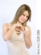 Купить «Девушка с пластиковой карточкой», фото № 229586, снято 4 января 2008 г. (c) Евгений Батраков / Фотобанк Лори