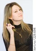 Купить «Девушка с флаконом духов», фото № 229694, снято 4 января 2008 г. (c) Евгений Батраков / Фотобанк Лори