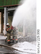 Купить «Пожарные льют воду из пожарного шланга», фото № 229990, снято 20 марта 2008 г. (c) Евгений Батраков / Фотобанк Лори