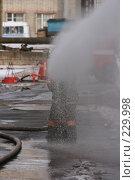 Купить «Пожарный льет воду из пожарного шланга», фото № 229998, снято 20 марта 2008 г. (c) Евгений Батраков / Фотобанк Лори
