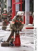 Купить «Пожарный за работой», фото № 230014, снято 20 марта 2008 г. (c) Евгений Батраков / Фотобанк Лори
