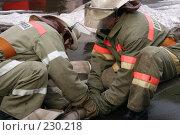Купить «Пожарные за работой», фото № 230218, снято 20 марта 2008 г. (c) Евгений Батраков / Фотобанк Лори