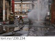 Купить «Пожарные за работой», фото № 230234, снято 20 марта 2008 г. (c) Евгений Батраков / Фотобанк Лори