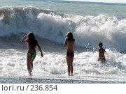 Купить «Дети на фоне штормящего  моря. Абхазия. Гагры.», фото № 236854, снято 30 августа 2006 г. (c) Виктор Филиппович Погонцев / Фотобанк Лори
