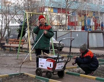 Купить «Москва. Уборка мусора. Дворники», эксклюзивное фото № 241226, снято 31 марта 2008 г. (c) lana1501 / Фотобанк Лори