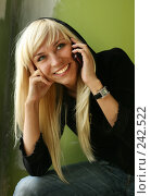 Портрет девушки с мобильным телефоном. Стоковое фото, фотограф Морозова Татьяна / Фотобанк Лори