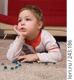 Купить «Мальчик, лежащий на ковре со стеклянными шариками», фото № 243186, снято 24 июня 2018 г. (c) Harry / Фотобанк Лори