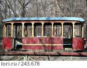 Купить «Старый деревянный вагон трамвайчика на детской площадке в Москве», эксклюзивное фото № 243678, снято 3 апреля 2008 г. (c) lana1501 / Фотобанк Лори